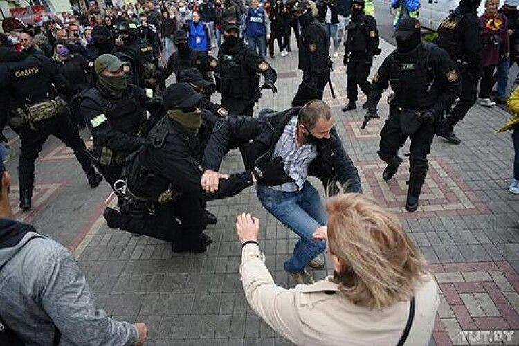 Білоруські правоохоронці почали зачистку: стріляють в мітингувальників