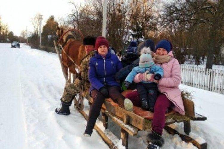 На Ратнівщині священник організував катання для селян на санях