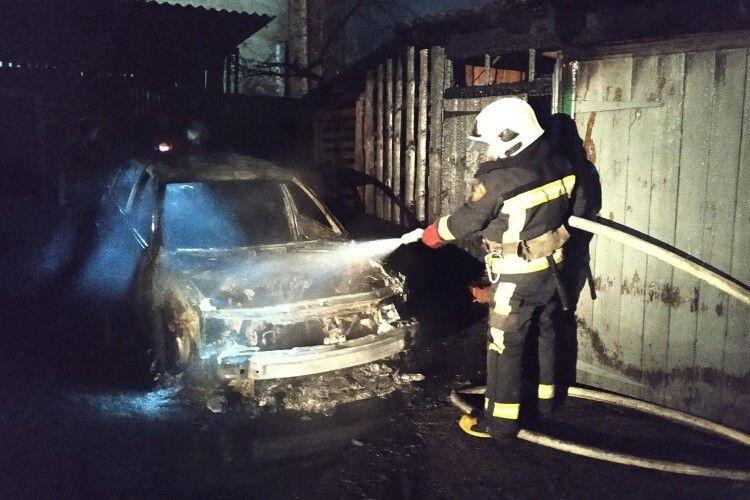На Волині у гаражі вщент згорів автомобіль (Фото)