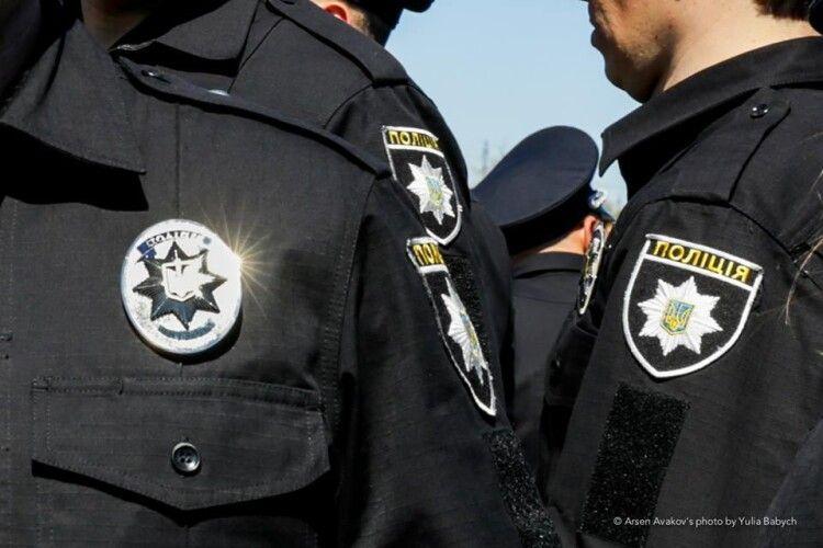 На 17 тисяч оштрафували хулігана, який надзюрив на поліцейську автівку