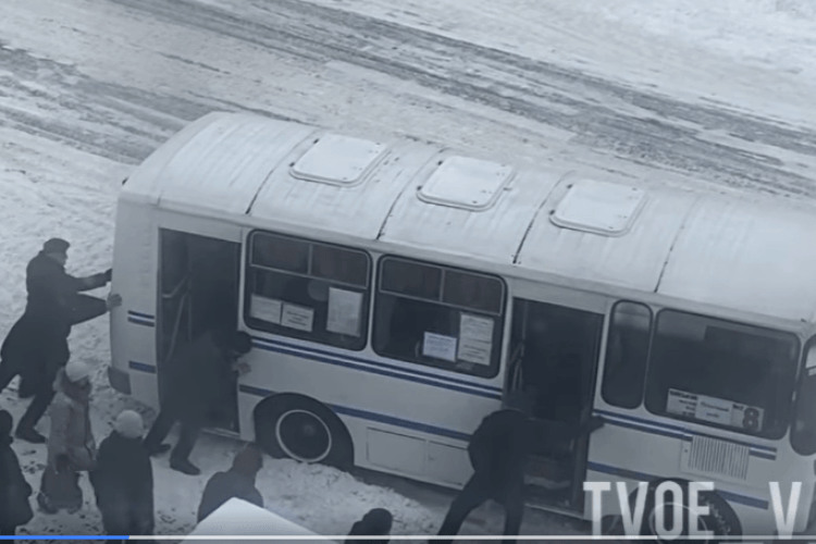У Володимирі пасажири самі виштовхали автобус зі снігу (Фото)