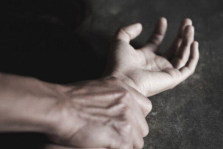 Волинянин споїв 14-річного підлітка та згвалтував його