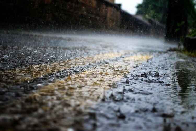 Завтра Україну накриють дощі, а температура впаде