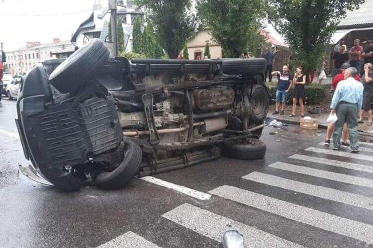 У Рівному – карколомна аварія: постраждали люди (Фото)