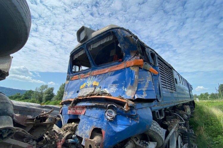 Вантажівка потрапила під потяг: подробиці аварії на Закарпатті (Фото)