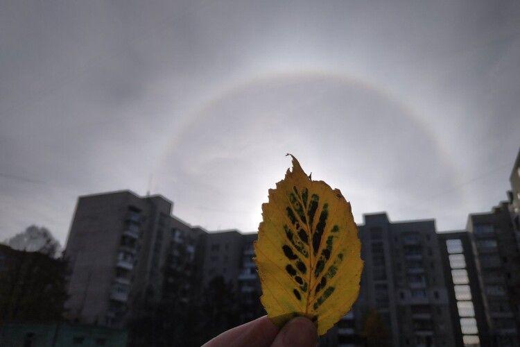 У Луцьку сьогодні фотооб'єктив спіймав незвичне природне явище: «сонячну собачку» (Фото)