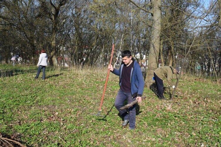 У графському парку в містечку на Волині провели толоку (Фото)