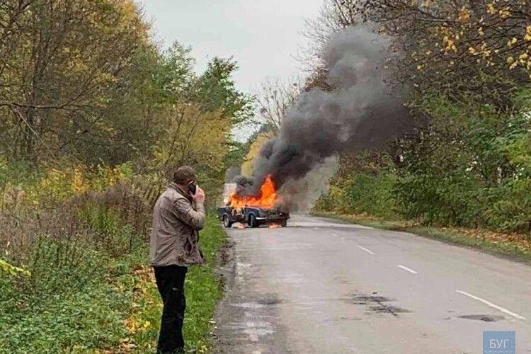 Обпеклися руки та голова: на Волині на ходу загорівся автомобіль (Фото, відео)