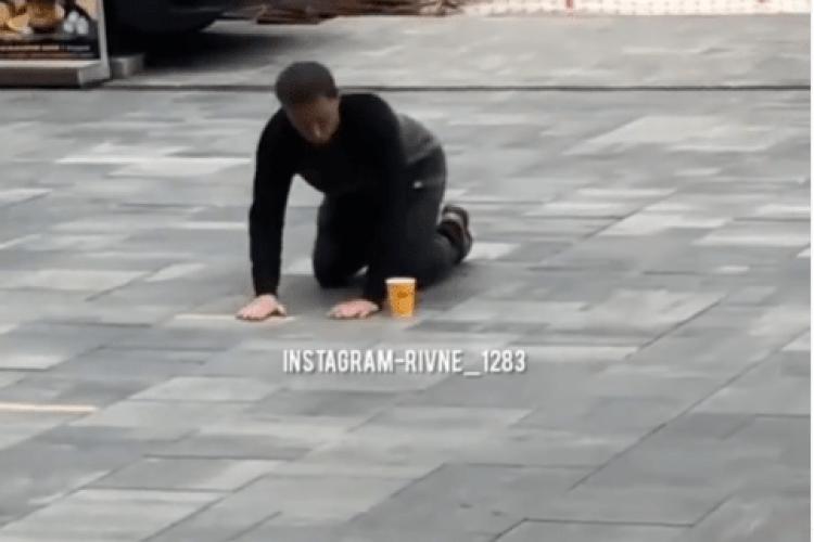 У центрі Рівного чоловік цілував бруківку (Відео моменту)