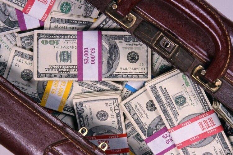 У центрі Києва пограбували чоловіка, який прийшов до обмінника, аби поміняти 95 тисяч доларів