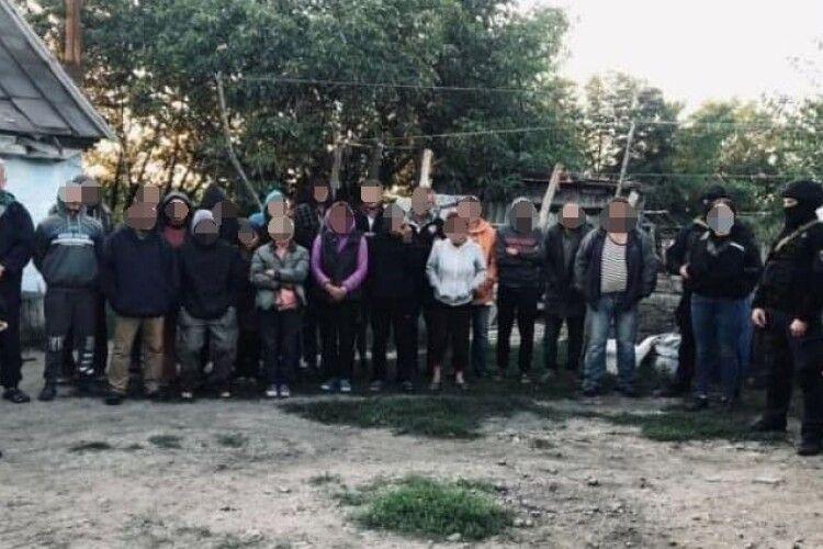 Викрили фермерів, які утримували в трудовому рабстві 120 людей (Фото)