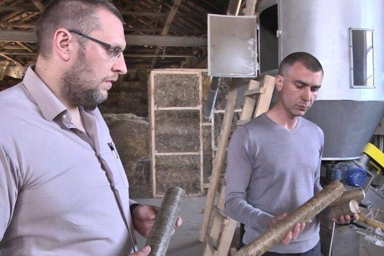Як 500 років тому: лучанин будує будинки із соломи (Фото)