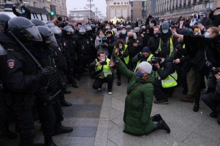 У Росії під час протестів затримали німого чоловіка за... «скандування гасел»