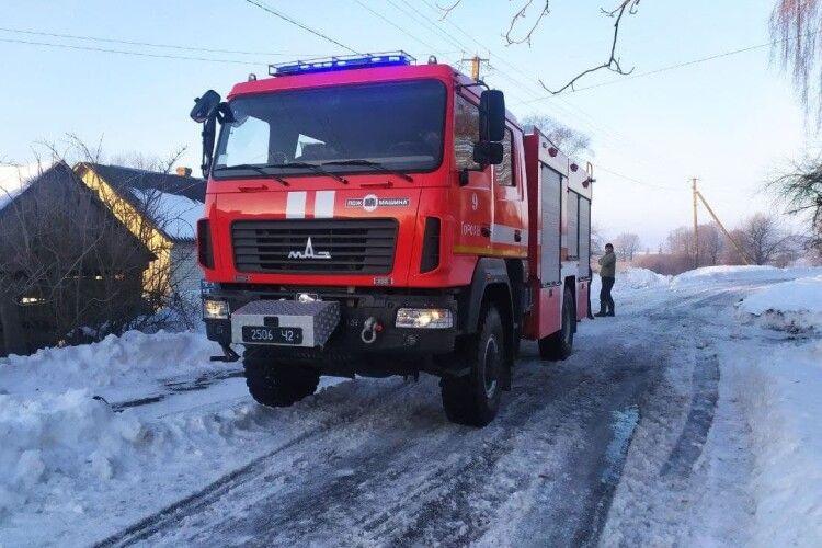 Сьогодні вранці на Горохівщині через недолік конструкції димоходу загорілася хата (Фото)