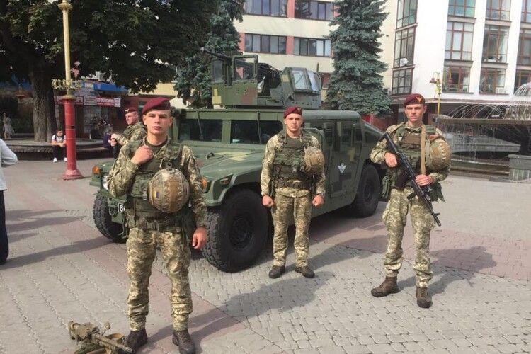 Десантники 80-ї бригади продемонструють своє озброєння у чотирьох волинських містах