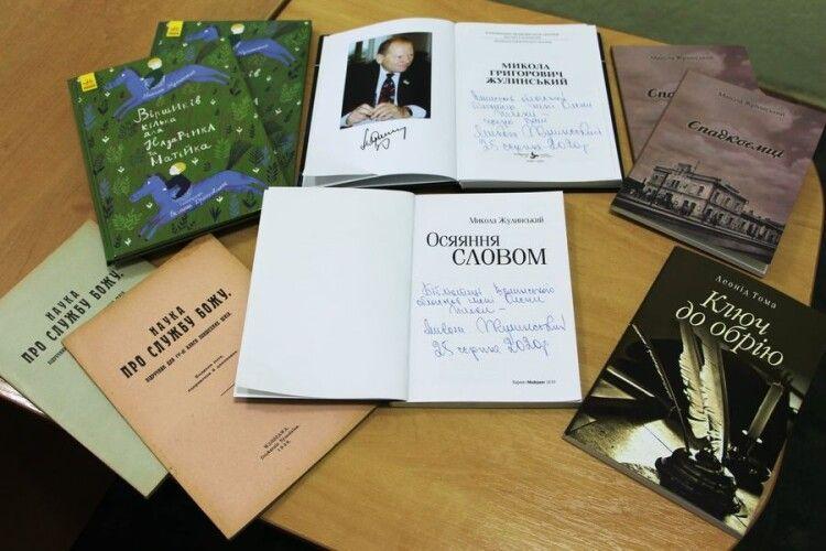 Президент «Волинського братства» подарував волинській бібліотеці книжки