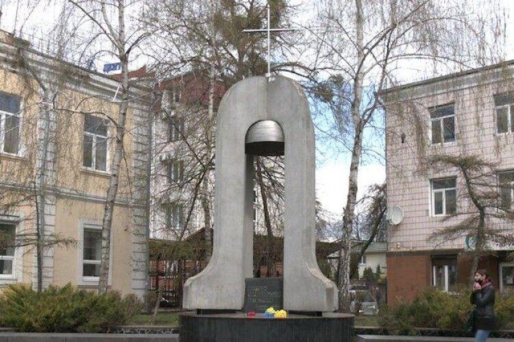 У Рівному руйнується пам'ятник Жертвам Чорнобиля (Відео)