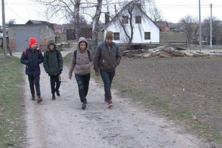 У громаді на Волині п'ятий місяць немає транспортного сполучення, а до автобуса – майже годину пішки (Відео)