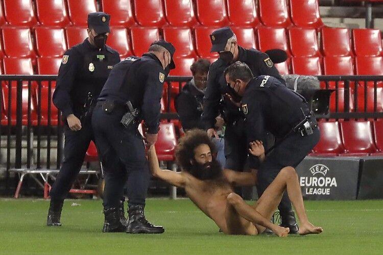 Під час матчу Ліги Європи між «Гранадою» та «Манчестер Юнайтед» на поле вибіг зовсім голий і дуже кудлатий чоловік