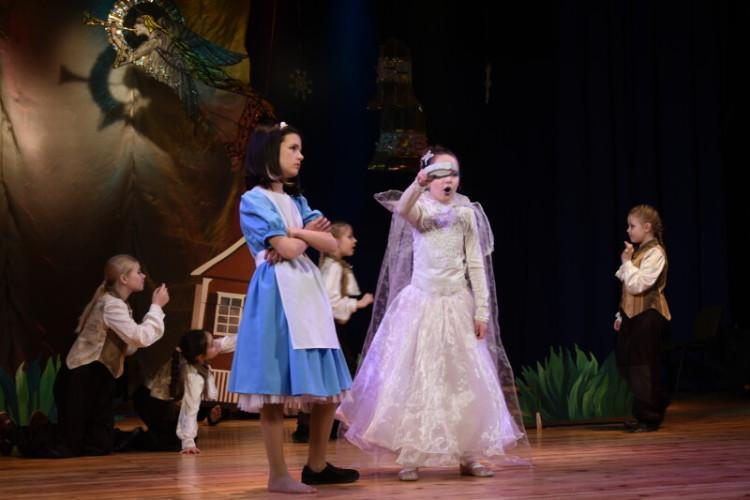 Юним лучанам, яким зараз живеться непросто, показали виставу «Чарівник країни Оз»