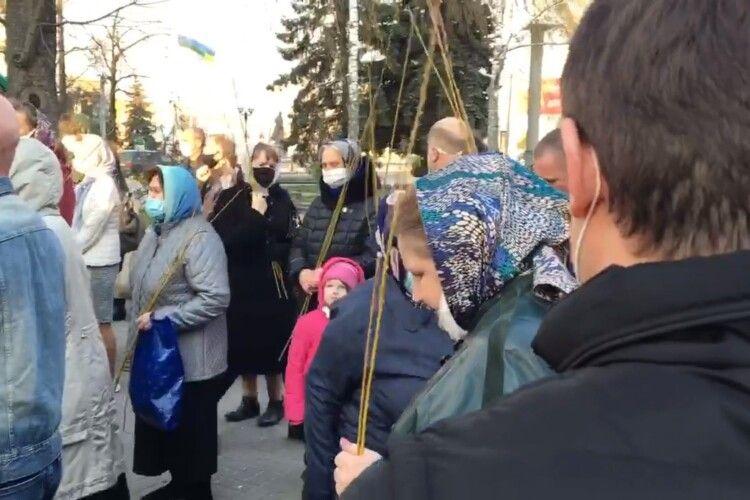 Карантин не завадив представникам Московського патріархату влаштувати масове освячення лози у Рівному (Відео)