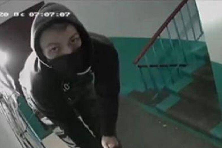 Камера в Рівному зняла, як… її крадуть (Відео)
