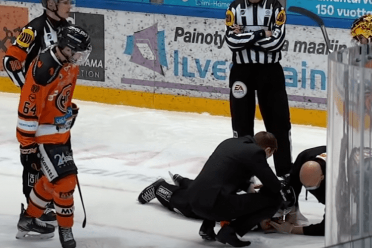 Хокейний арбітр одержав шайбою в обличчя: мінус сім зубів, струс мозку та перелом щелепи (Відео)