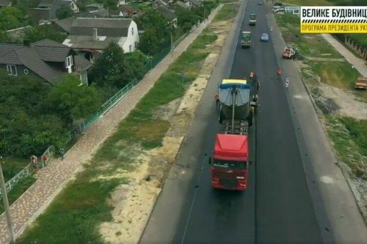 На Ковельщині асфальтують дорогу (Відео)