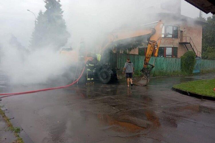 На Рівненщині під час руху загорівся екскаватор (Фото)