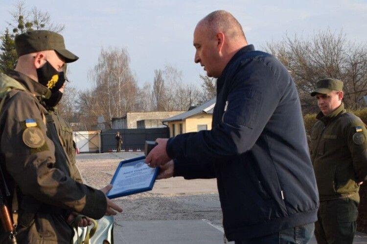 У Луцьку нагородили гвардійського кінолога та службову собаку, які відшукали 7-річного Матвія