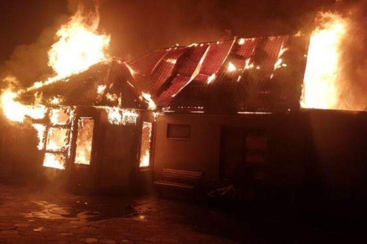 У селі через новорічну гірлянду повністю згоріла хата (Фото)