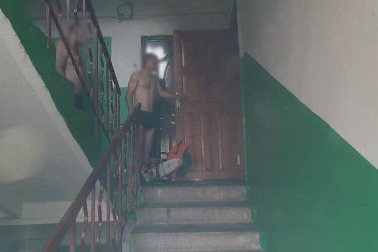 Врятували сплячого: у Рівному зрізали двері до квартири, де сталась пожежа (Відео)