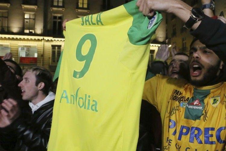 Сотні фанатів французького клубу вийшли на вулиці на честь зниклого футболіста