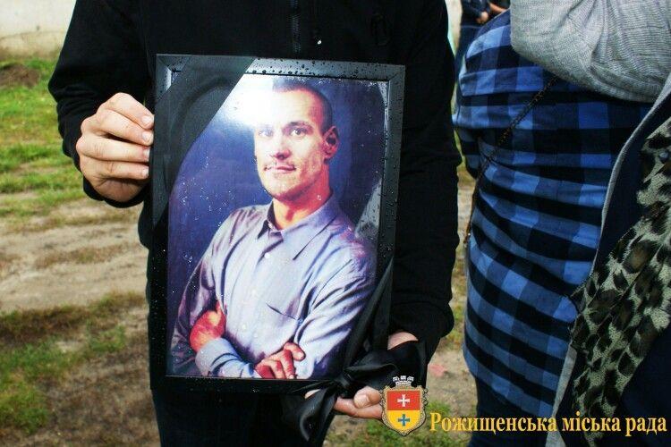 У Рожищі провели в останню дорогу активіста і спортсмена Миколу Стасюка (фото)