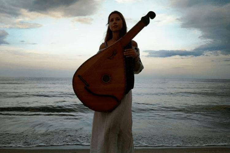 «Знай, то була любов»: бандуристка з Камінь-Каширщини випустила кліп з назвою «Божевільна» (відео)