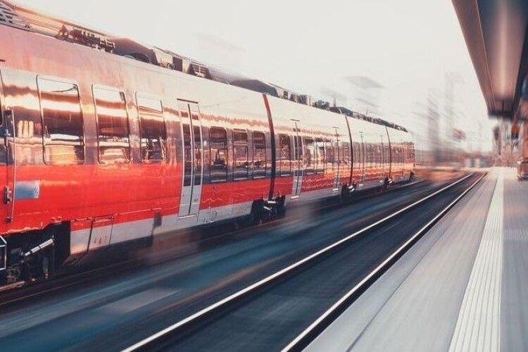 Двоє поляків ображали українку в потязі й погрожували смертю