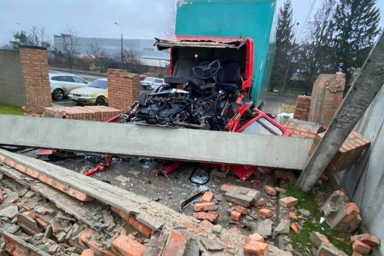Від удару у бетонну арку кабіна вантажівки розлетілася вщент (Фото)