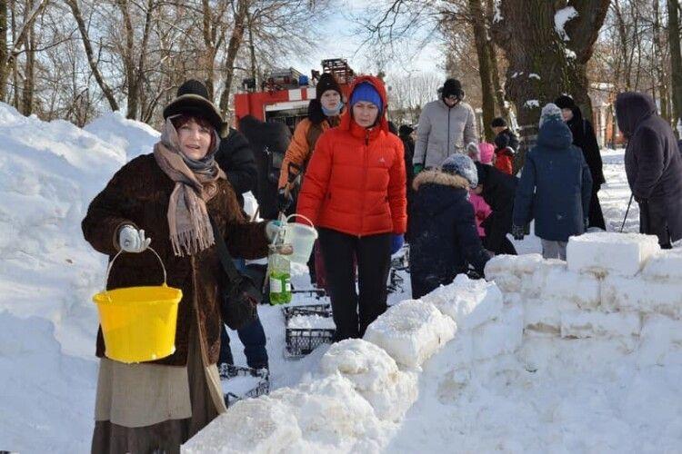 У Ковелі городяни разом із мером будували зі снігу містечко (Фото)