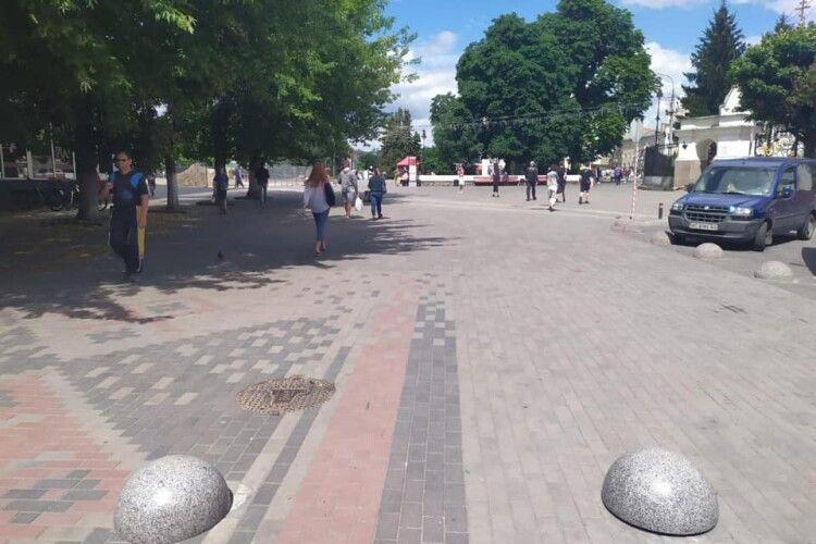 У Луцьку на Театральному майдані працюють обмежувачі руху