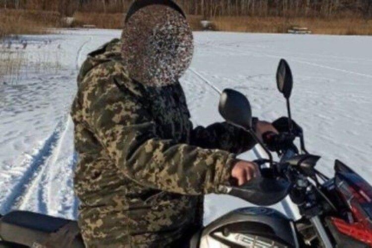 На Волині оштрафували рибалку за те, що їздив мотоциклом по замерзлій річці