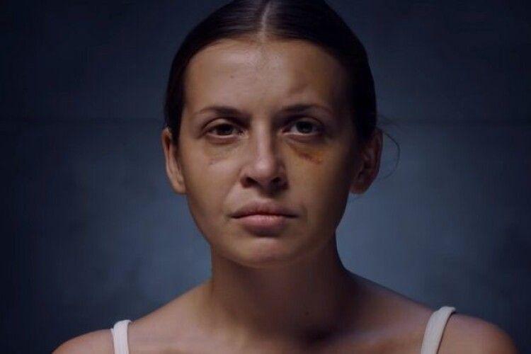 У кліпі української співачки знялася дівчина, на яку напали у потязі