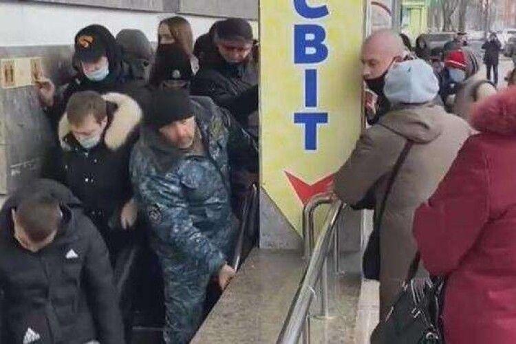 Шок: у Полтаві покупці взяли штурмом магазин секонд-хенду (Відео)