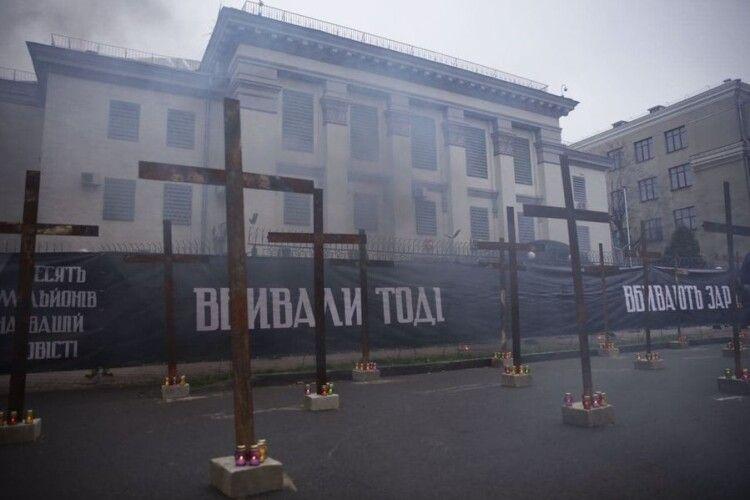 Нацкорпус поставив хрести під посольством РФ: «Вбивали тоді, вбивають зараз»