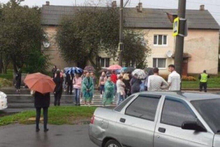 У Луцьку на Дубнівській, де авто на смерть збило хлопчика, перекрили дорогу