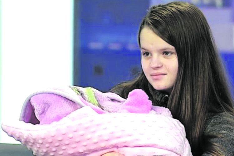 12-літня школярка народила від... 14-річного брата
