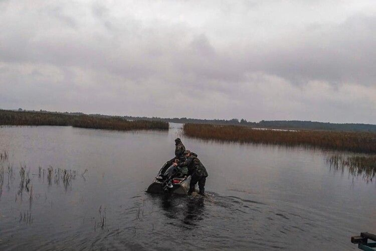 На Волині з двох озер вилучили риболовні сітки браконьєрів (Фото)