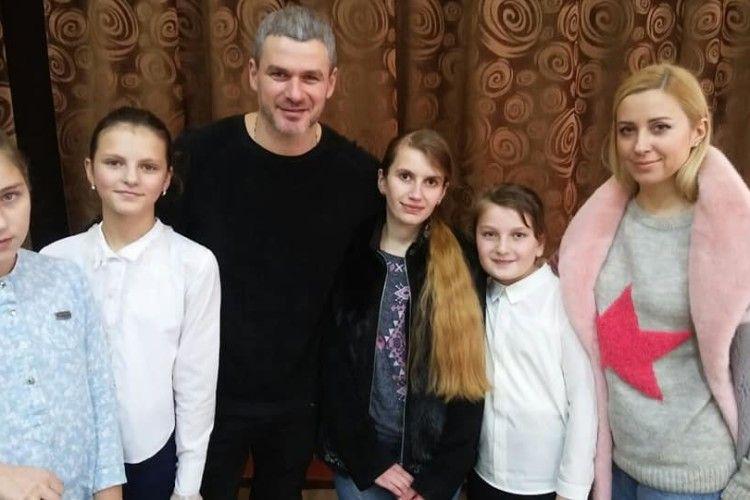 Арсен Мірзоян і Тоня Матвієнко завітали у волинську школу (Фото)