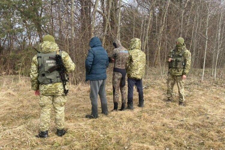 На Волині прикордонники з пострілами затримали трьох зухвальців, хоча один втікав через Буг