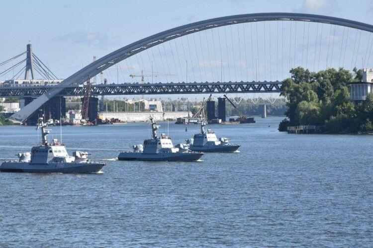 Влада нищить «Кузню на Рибальському», але використовує збудовані там кораблі на параді