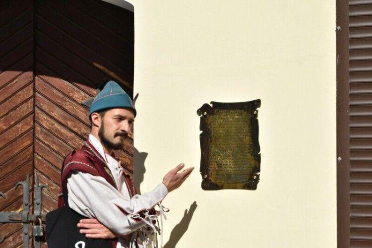 На площі Ринок встановили таблицю, присвячену відомому сатиричному твору, який зародився у Луцьку